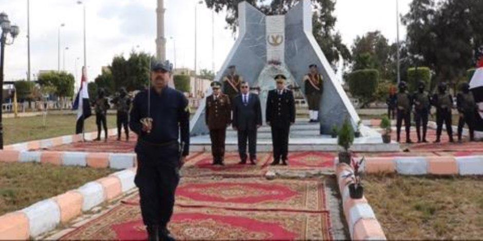 محافظ الفيوم يضع إكليلا من الزهور على النصب التذكاري لشهداء الشرطة (صور)