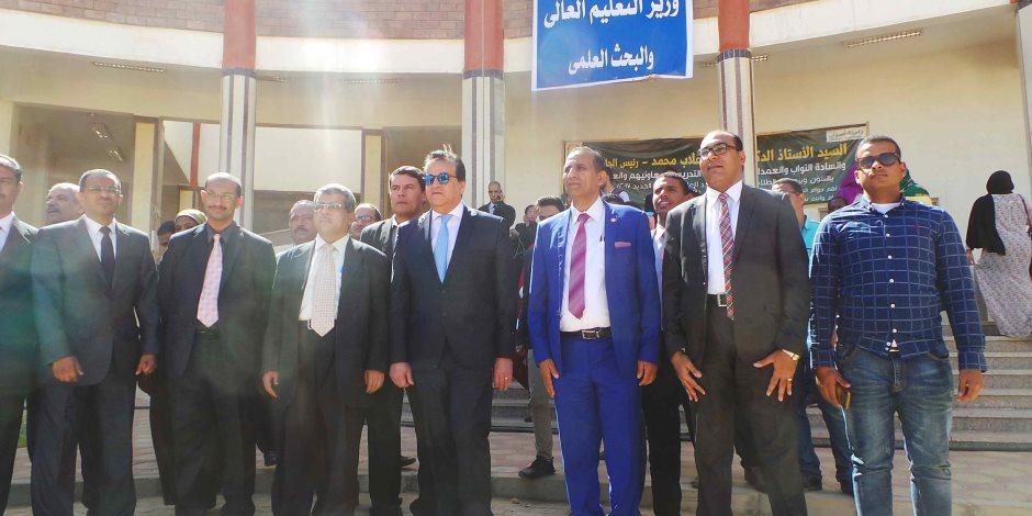 """بـ""""البلالين الحمراء"""".. خالد عبد الغفار يفتتح الفرع الجديد لجامعة أسوان"""