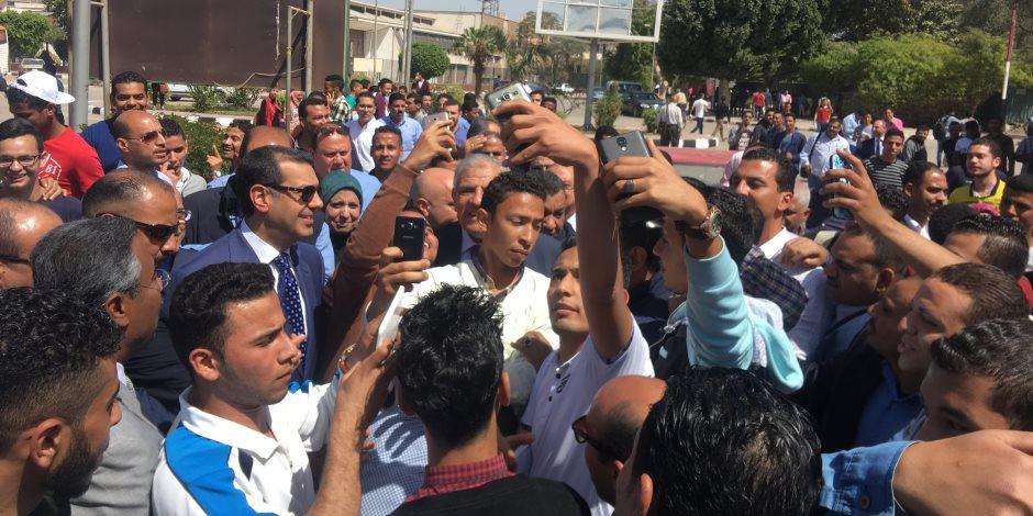 """طلاب جامعة أسيوط يلتقطون """"السيلفي"""" مع المهندس إبراهيم محلب"""