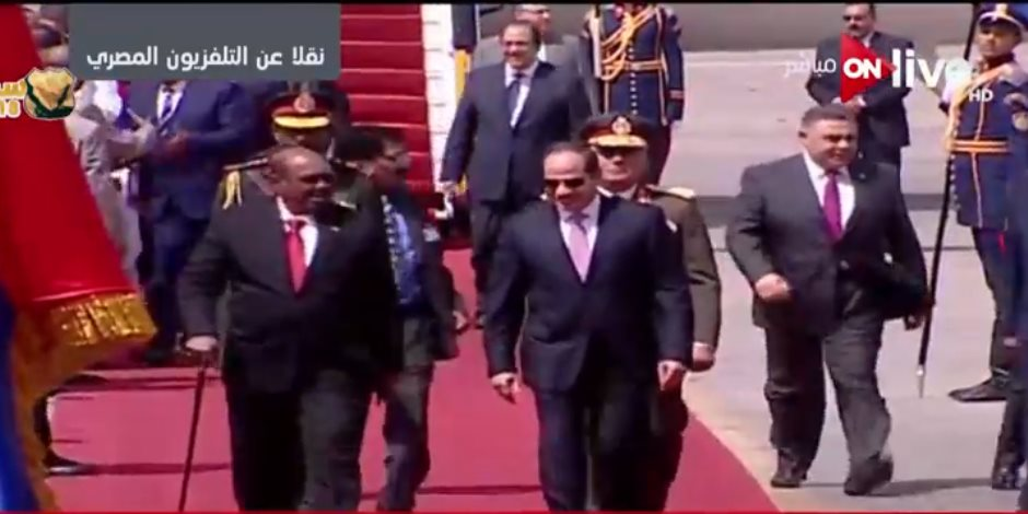 الرئيس السيسي يستقبل نظيره السوداني عمر البشير بمطار القاهرة (صور)