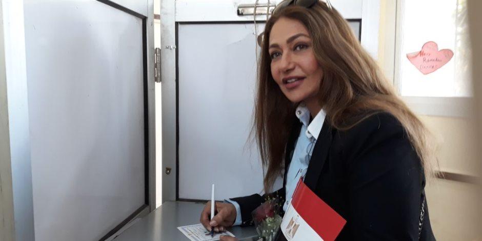 ليلى علوي تدلي بصوتها الانتخابي في مصر الجديدة (صور وفيديو)