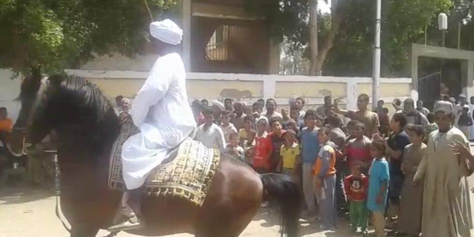 «الصعايد وصلوا».. الناخبين بقنا يتسابقوا على الرقص بالخيل أمام اللجان (صور)