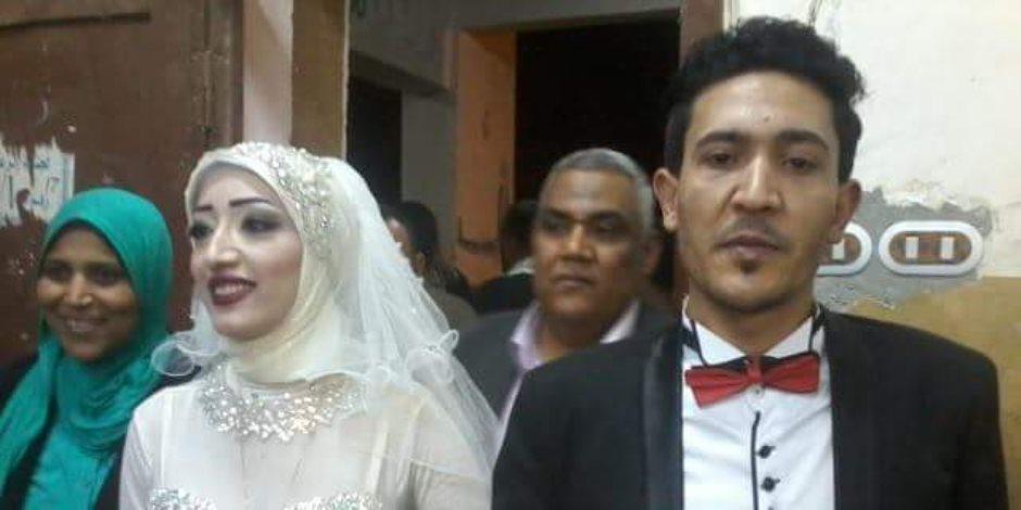 «الفرحة فرحتين»... عروسان يدليان بصوتهما في انتخابات الرئاسة بقنا (صور)