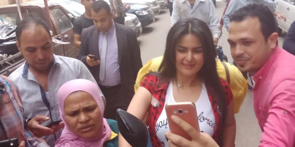 «وصل وصل وصل».. سما المصري في لجنة الانتخابات بالسيلفي (فيديو وصور)