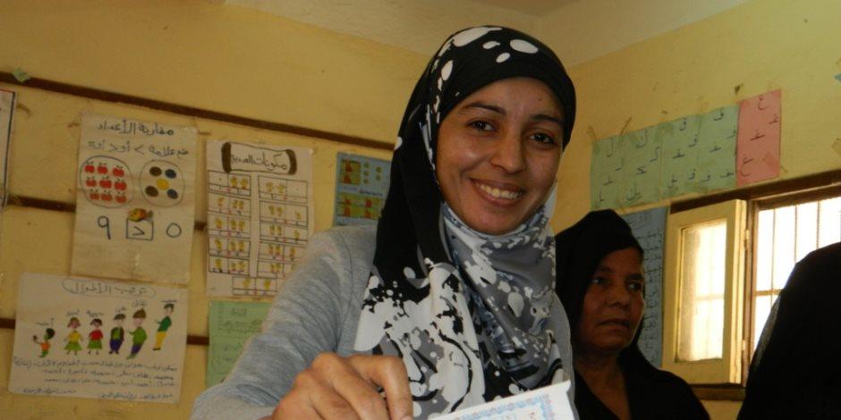 أول مأذونة بالصعيد تدلي بصوتها في قرية «عبدالناصر» (صور)