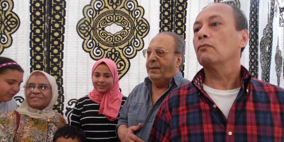 أسامة عباس يدلي بصوته في مصر الجديدة.. وناخبون يلتقطون معه صورا تذكارية (فيديو وصور)