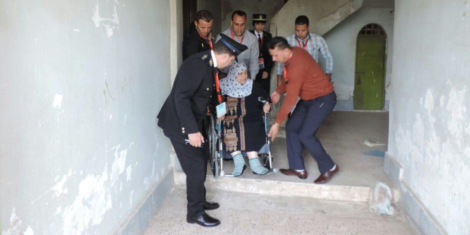 «تعظيم سلام».. ضباط يساعدون كبار السن وذوى الإحتياجات للوصول إلي اللجان ( فيديو )