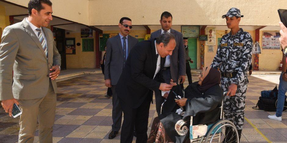 محافظ الاسكندرية يتفقد سير العملية الانتخابية في يومها الثاني (صور)