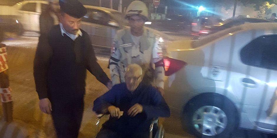 قوات الجيش والشرطة تحمل مسن على كرسى متحرك للإدلاء بصوته في الدقي (فيديو وصور)
