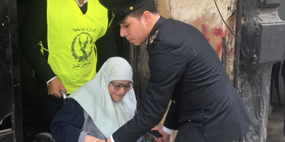 مسنة 86 عاما في إحدى لجان شبرا الخيمة: «هانتخب السيسي.. هو نور عيني»