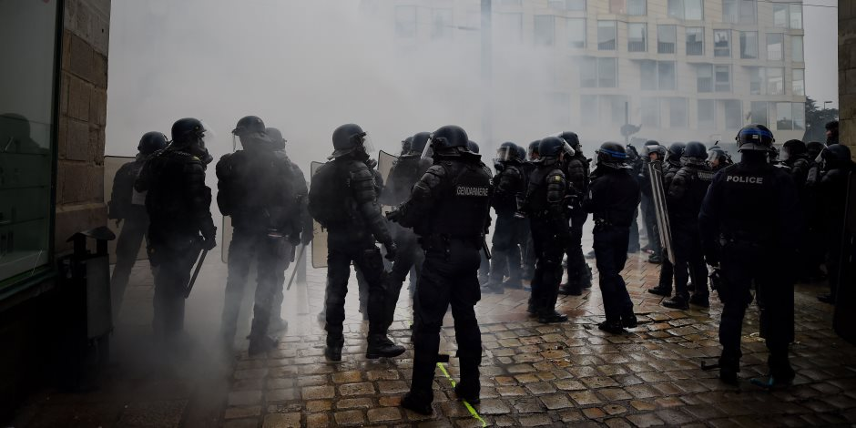 فرنسا المجروحة بنيران الإرهاب والمتظاهرين تعيد فتح سوق عيد الميلاد في «ستراسبورج»