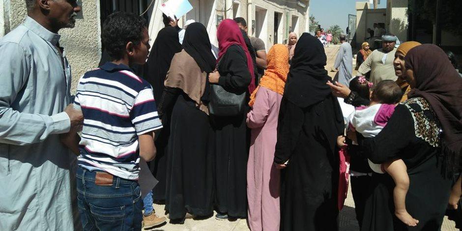 قافلة طبية تضم 8 تخصصات بقرية البغدادي بالأقصر (صور)
