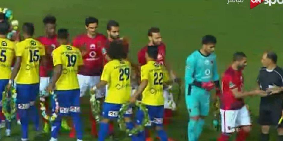بوكيهات ورد من لاعبي طنطا احتفالا بتتويج الأهلي بالدوري