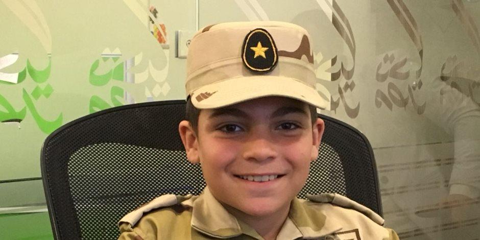 بالبدلة العسكرية.. طفل يتبرع بمصروف 3 سنوات لـ«تحيا مصر» من أجل تنمية سيناء