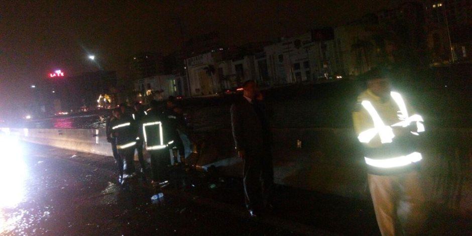شاهد.. انتشار رجال المرور والحماية المدنية لسحب مياه الأمطار على الطريق الدائري