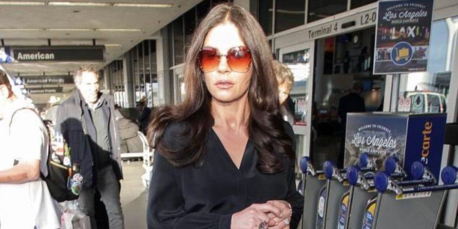 شاهد.. تألق كاثرين زيتا جونز أثناء وصولها مطار لوس انجلوس (صور)