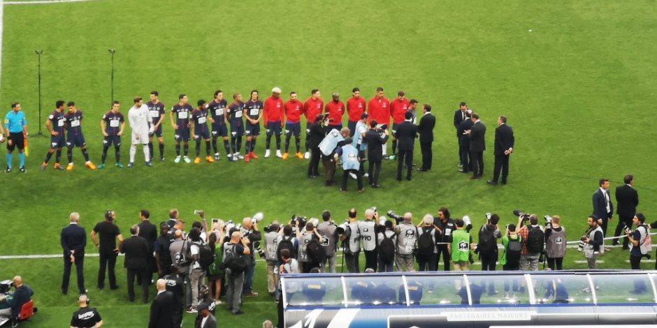 رئيس فرنسا يحيي لاعبي باريس وليزيربيي من أرضية الملعب بنهائي الكأس (صور)