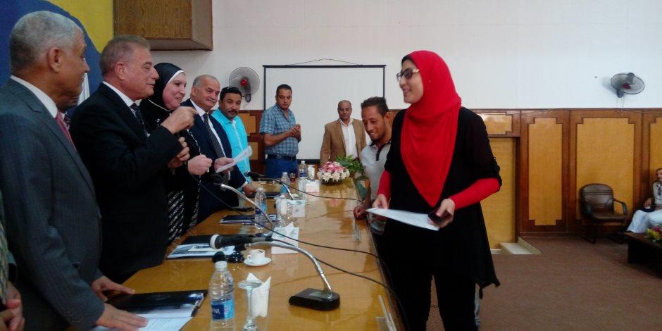 """محافظ جنوب سيناء و """"نيفين جامع"""" يسلمان عقود مشروعات متناهية الصغر لجمعيتي الطور و أبوزنيمة  (صور )"""