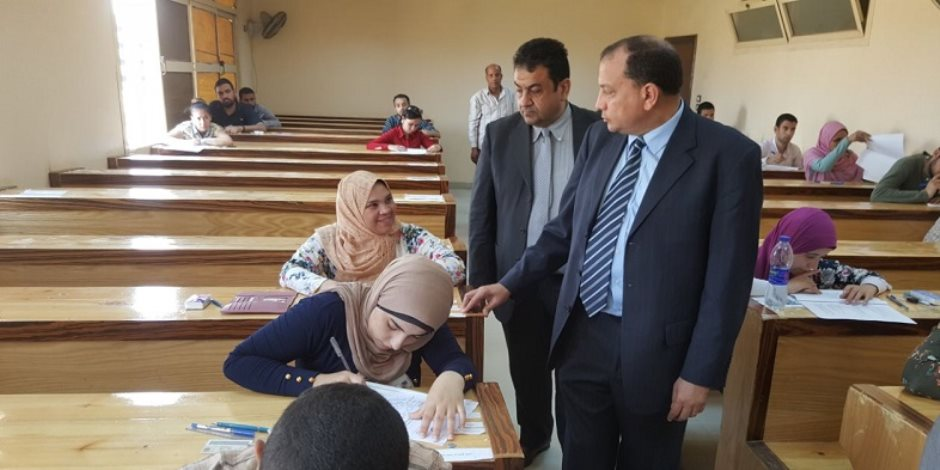 رئيس جامعة بني سويف يتفقد أعمال الامتحانات بكلية العلوم الطبية التطبيقية