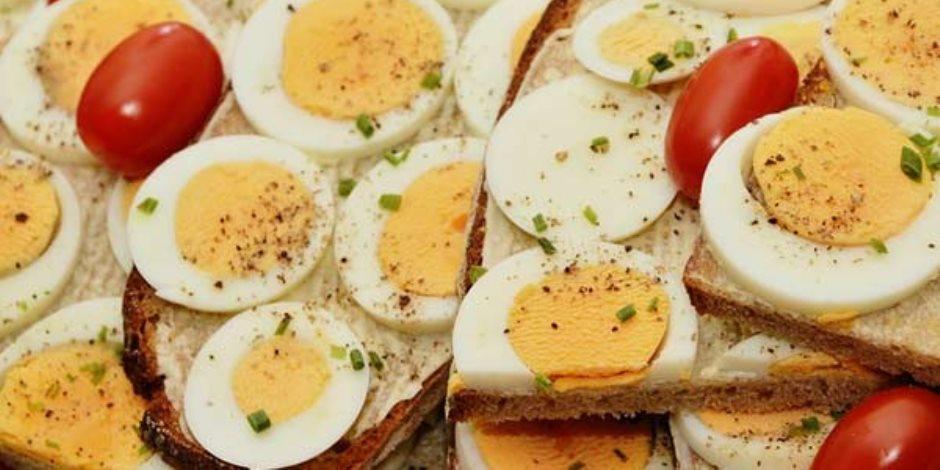 علاقة تناول البيض يوميا بخطر الإصابة بأمراض القلب أو السكتة الدماغية