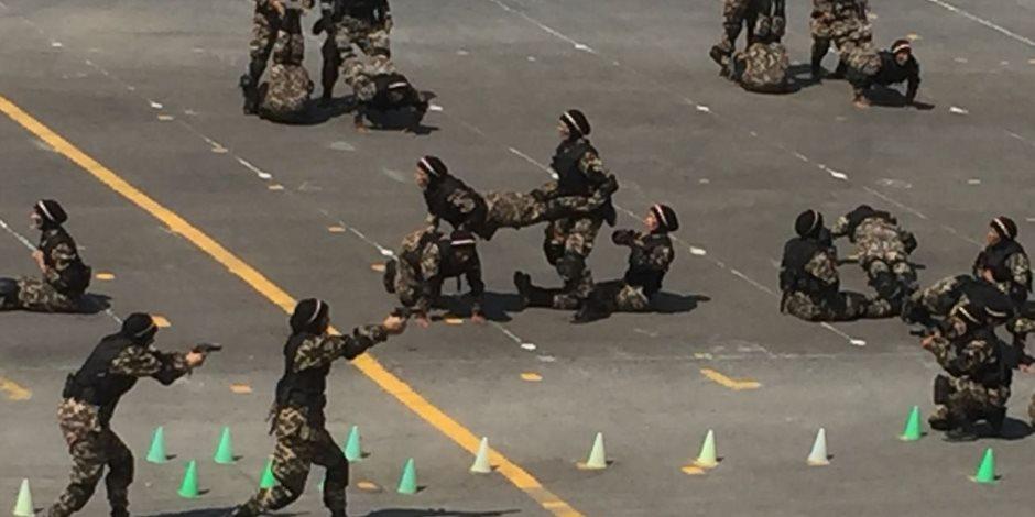 سيدات معهد تدريب القوات الخاصة يستعرضن مهارة الاقتحام واستعمال السلاح (صور)