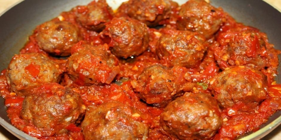 هتعملى غدا ايه بكرة.. طريقة عمل صينية أقراص اللحم المفروم بالبصل والطماطم