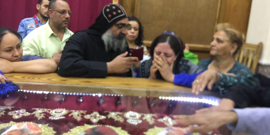 توافد المئات على كنيسة الشهداء بسمالوط للحضور القداس الأخير للشهداء المصريين بليبيا (صور)