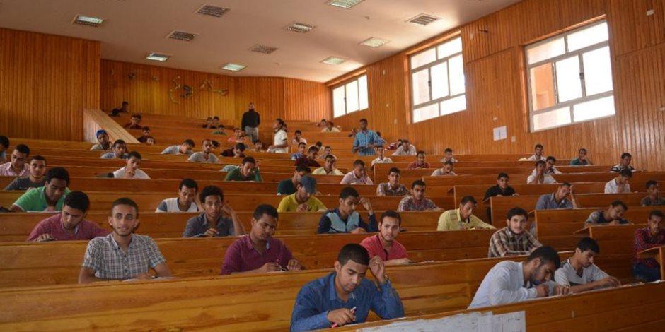 مع بدء امتحانات نهاية العام.. رئيس جامعة الأزهر يتفقد اللجان ويوزع الكحول والكمانات على الطلاب .. صور