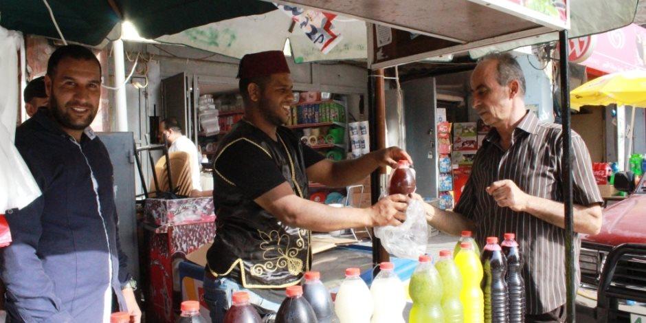 """""""أبو عيسى"""" أشهر بائع """"خروب"""" بشمال سيناء: ورثت المهنة عن والدي وعلمتها لأبنائي (صور)"""