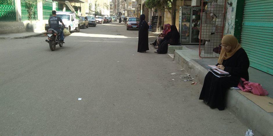 أمهات طلاب الثانوية الأزهرية بالدقهلية تمكثن أمام اللجان حتى خروج أبنائهن (صور)