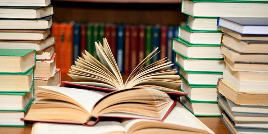 كتاب على الشاطئ أفضل من عتمة المخازن.. «القراءة للمصيفين» في رأس البر