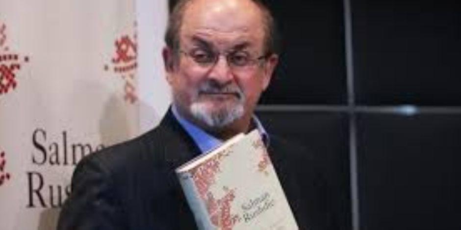 طعن في القرآن ونجا من مخالب إيران.. هل تعرف سلمان رشدي صاحب الآيات الشيطانية؟