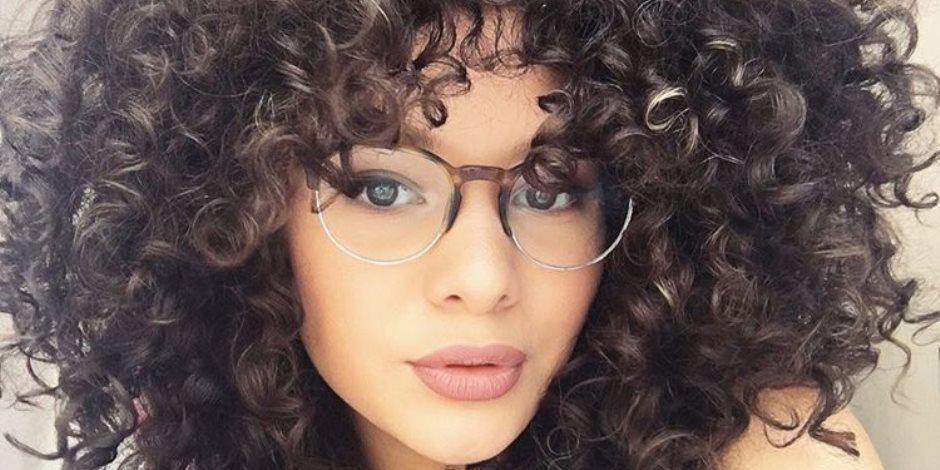 هل تضر المخدات القطنية شعرك الكيرلي؟ إليكي الحل