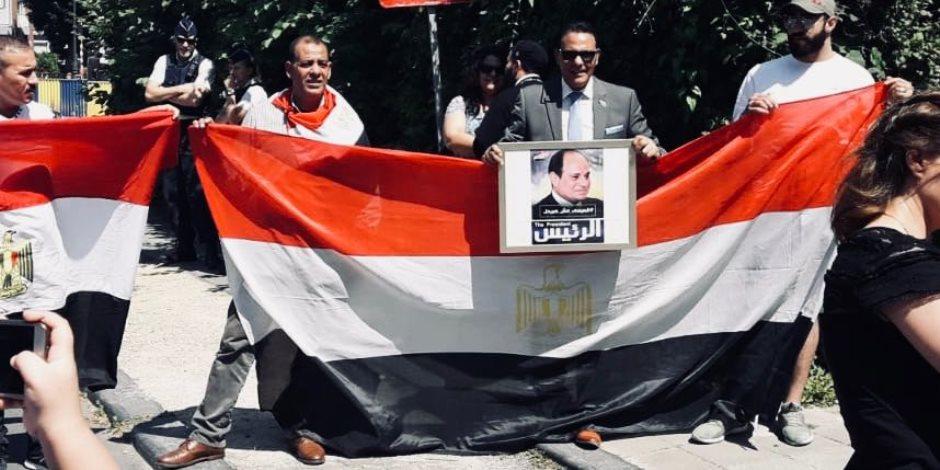 رسائل دعم للسيسي من المصريين في بروكسل بذكرى ثورة 30 يونيو (صور)