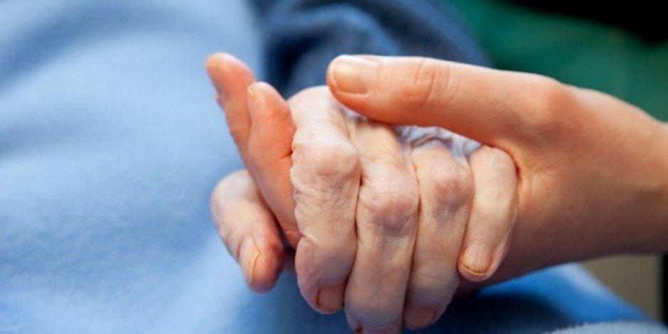 مرض الشلل الرعاش من أين يبدأ؟.. العلماء احتاروا بين المخ والقناة الهضمية