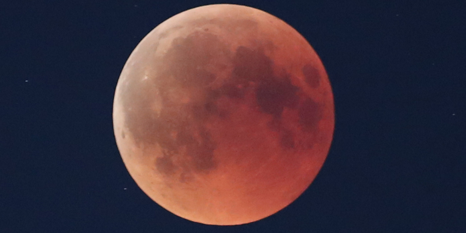 البحوث الفلكية: العالم يشهد اليوم خسوفا شبه ظلى للقمر