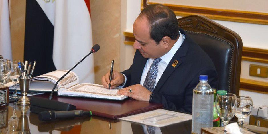 قبة العلم.. السيسى يوقع فى سجل زوار جامعة القاهرة ويجتمع بالمجلس الأعلى للجامعات