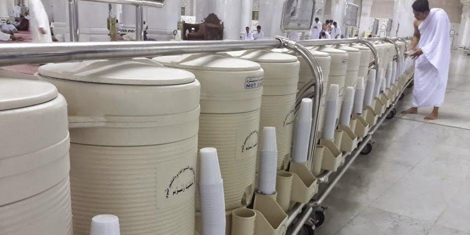 الحجاج يحرصون على شرب مياه زمزم وحمل كميات كبيرة لهدايا الأقارب والأصدقاء