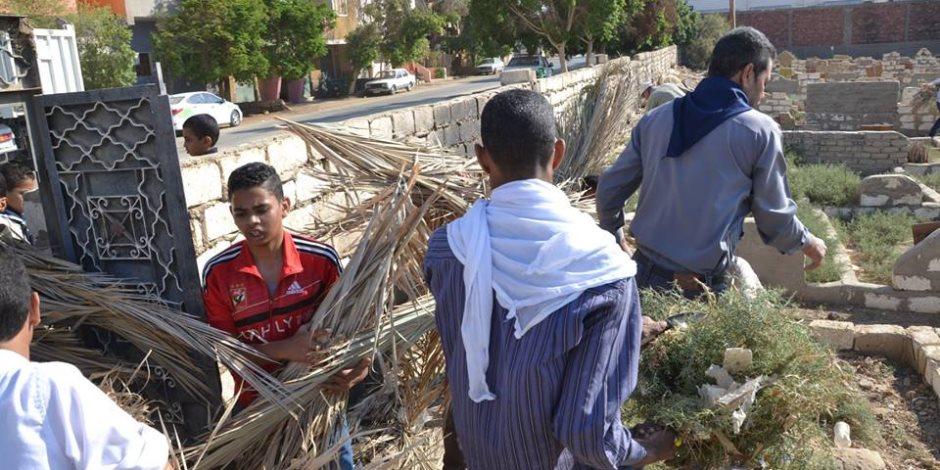 طقوس العيد في الصعيد.. زيارة المقابر لا تنقطع والمعايدة تتحول إلى «كعب داير»