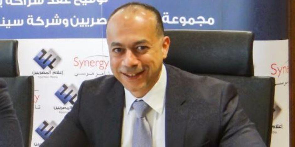 تامر مرسى يعود إلى القاهرة بعد رحلة علاجية فى لندن