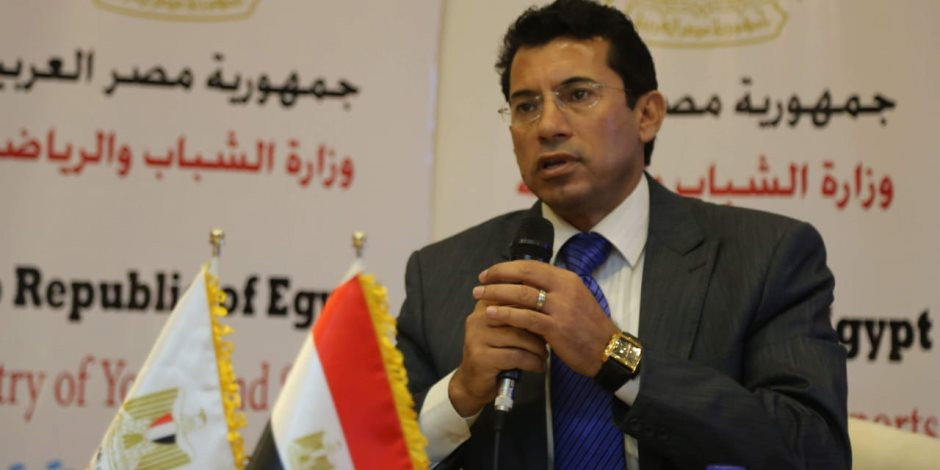 """وزير الرياضة يشهد مباراة """"أساطير كرة القدم"""" بسفح الأهرامات.. اليوم"""