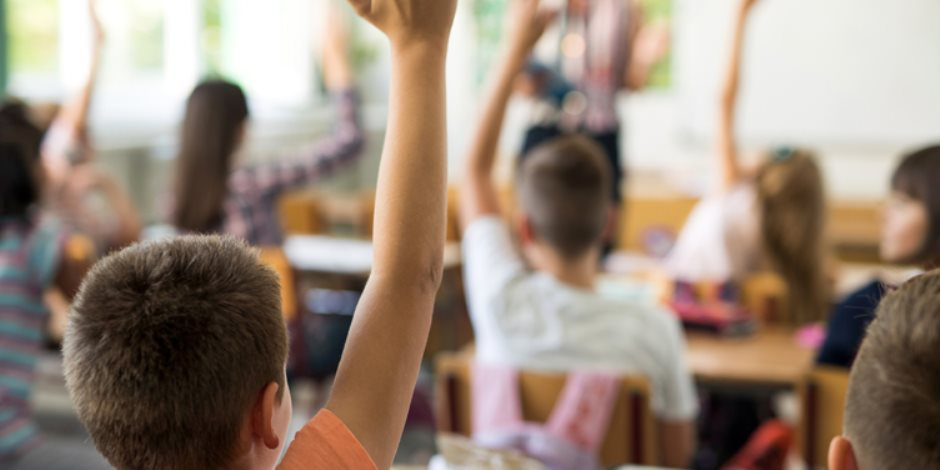 الحكومة تنقذ المعلم.. حزمة مزايا مالية جديدة لـ2.1 مليون معلما بتكلفة 6.1 مليار جنيه