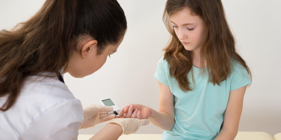 أهمها السمنة.. تصرفات خاطئة من الأم تتسبب في إصابة طفلها بمرض السكري