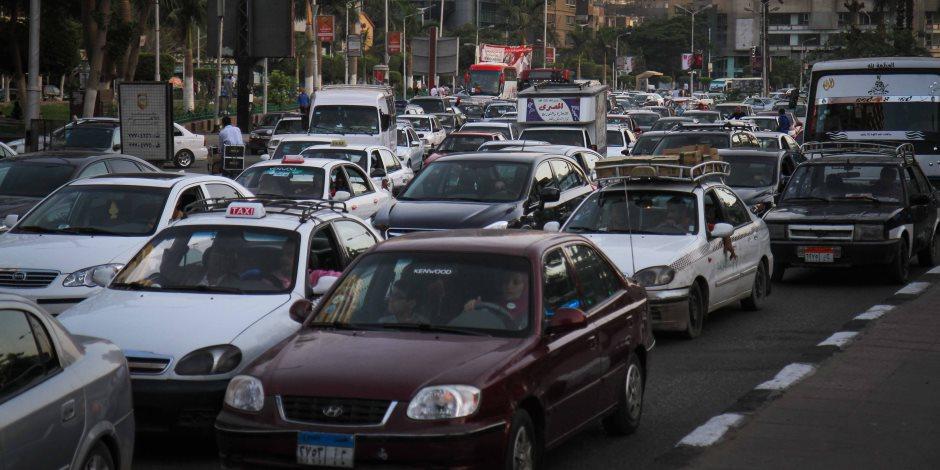 لو طريقك كوبري أكتوبر خلي بالك.. كثافات مرورية بسبب حادث سيارتين وأتوبيس (صور)