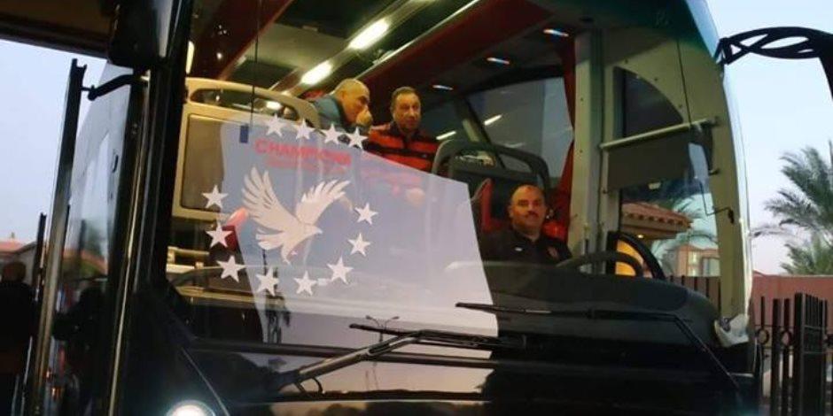 حافلة الأهلي تصل استاد القاهرة لخوض القمة