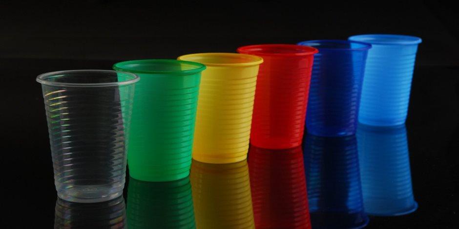 اتخذوا حذركم من الأكواب البلاستيكية.. أنكم تشربون سم قاتل دون دراية