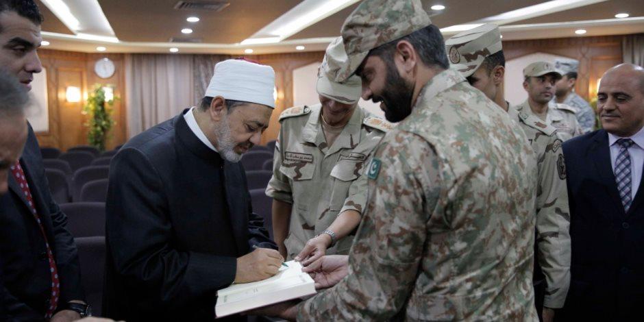 """""""نعمل إلى جانب القوات المسلحة في محاربة الإرهاب"""".. هذا ما قاله الطيب لوفد كلية """"القادة والأركان"""" (صور)"""