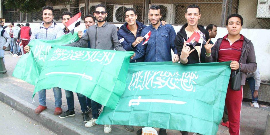 """فيديو.. مصريون يرفعون شعار """"مصر والسعودية إيد واحدة"""" في استقبال ولي العهد"""