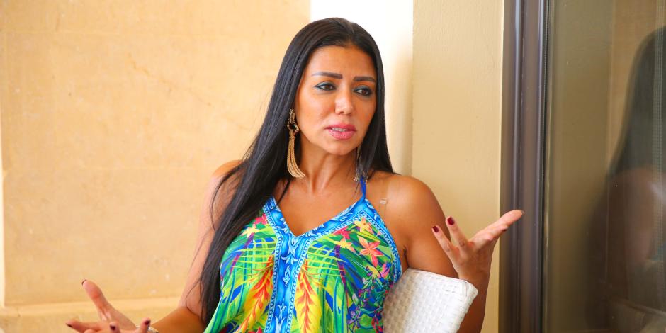 البطانة مترفعتش.. هكذا كشفت مواقع البيع حقيقة حديث رانيا يوسف عن الفستان الأزمة
