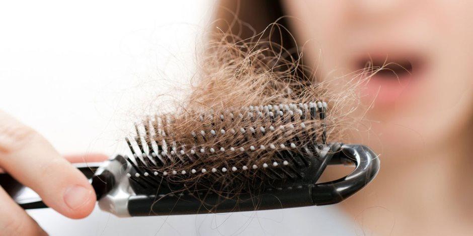 أسباب وراثية أو الإصابة بالأنيميا.. لماذا يتساقط الشعر؟